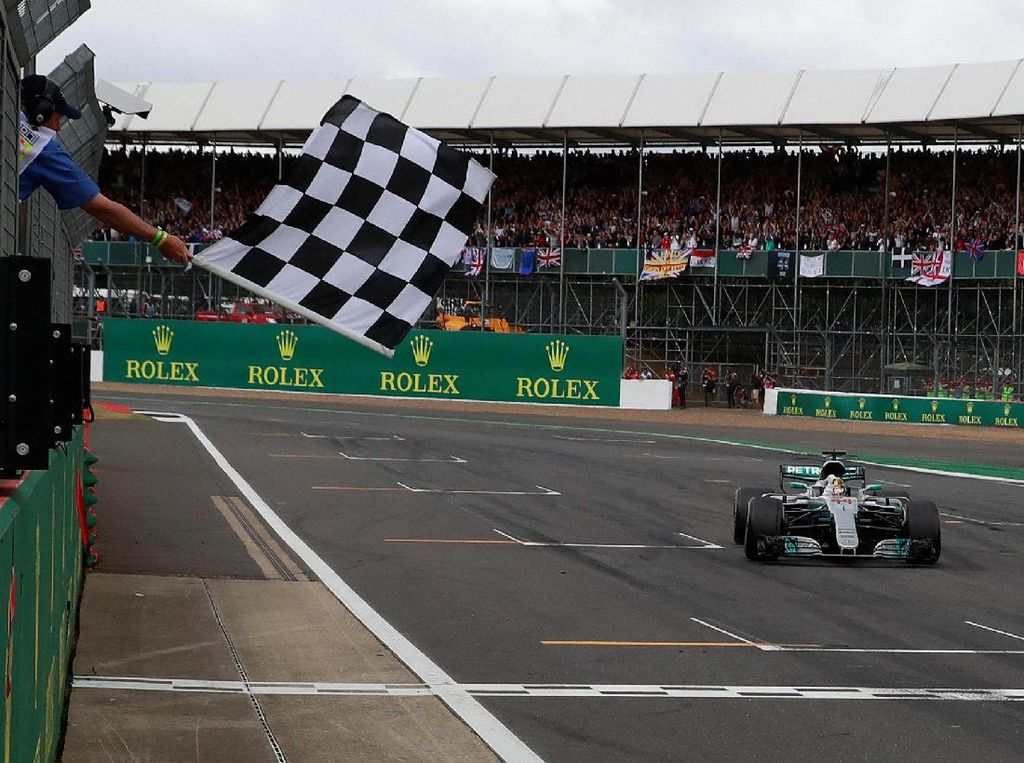 Ini merupakan kali keempat Hamilton meraih kemenangan di 2017. Sebelumnya ia juga naik podium teratas di Shanghai, Barcelona, dan Montreal. (Foto: REUTERS/Jason Cairnduff)