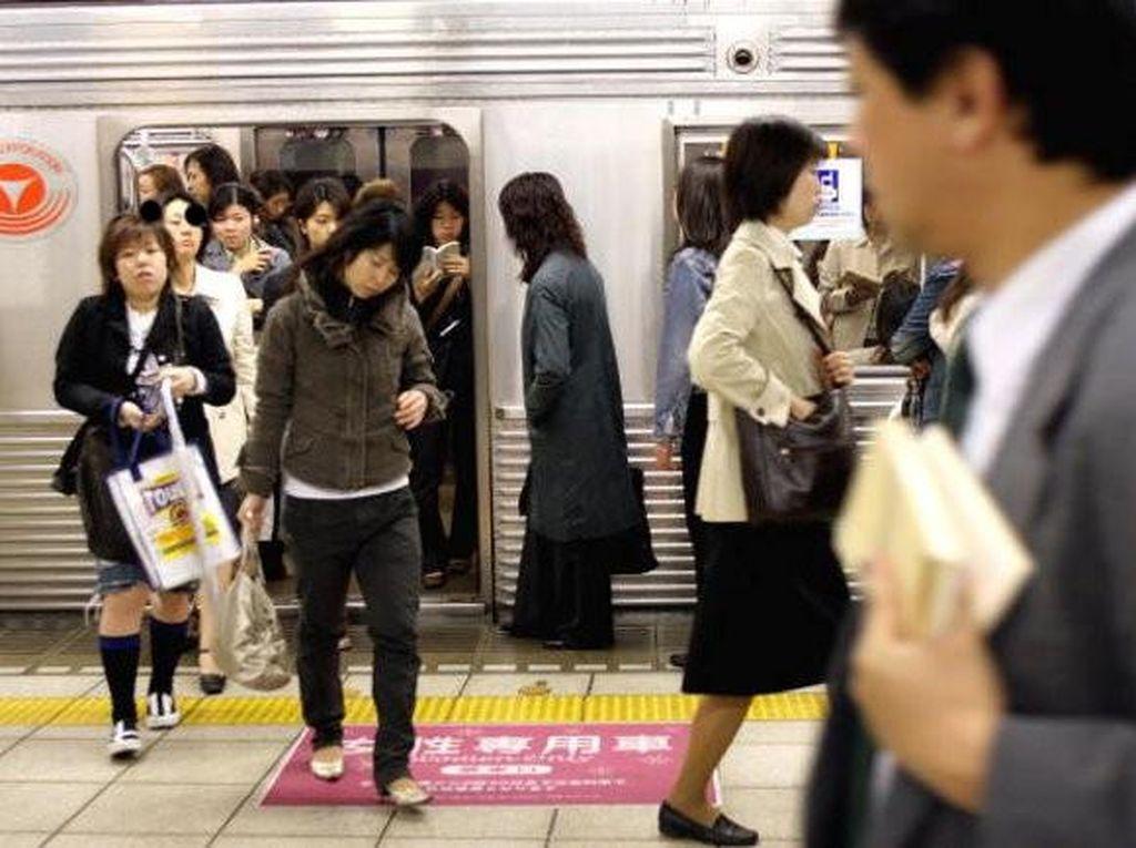 Meski sering terjadi kepadatan tapi tetap tertib. Padat karena banyak warga Tokyo mengandalkan MRT untuk bepergian.Foto: Getty Images
