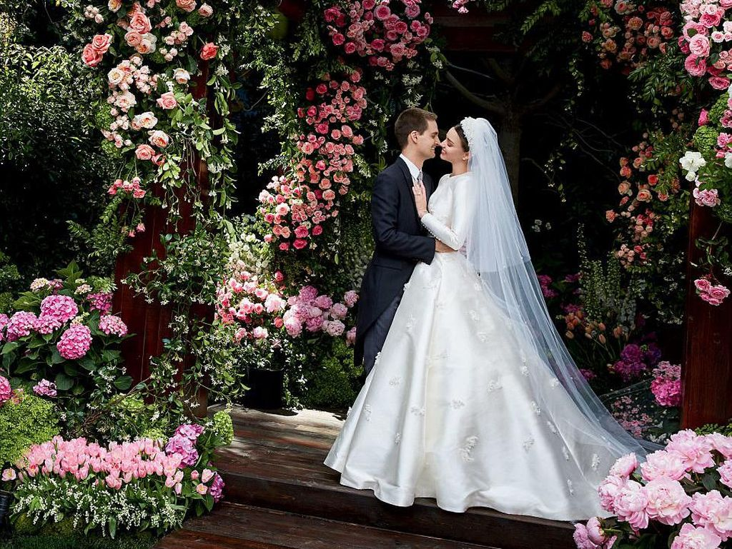 Terungkap, Gaun Mewah Miranda Kerr Saat Menikah dengan Bos Snapchat