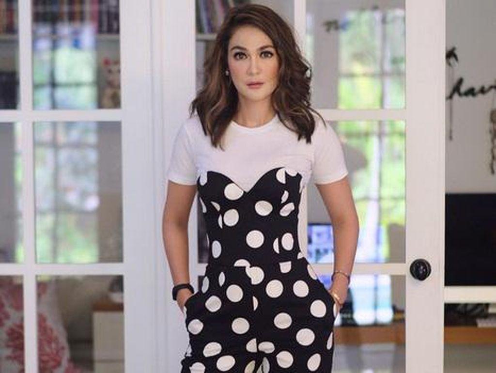 Tampil kasual dengan jumpsuit polkadot, Luna Maya tetap cantik menawan. (Dok. Instagram/lunamaya)