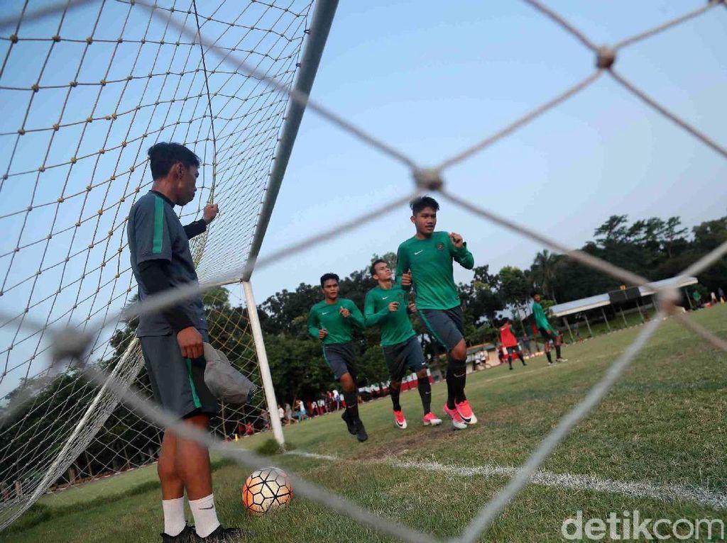 Pemain Timnas U-19 berlatih di Lapangan Atang Soetrisna, Cijantung, Jakarta Timur, Senin (17/07/2017).