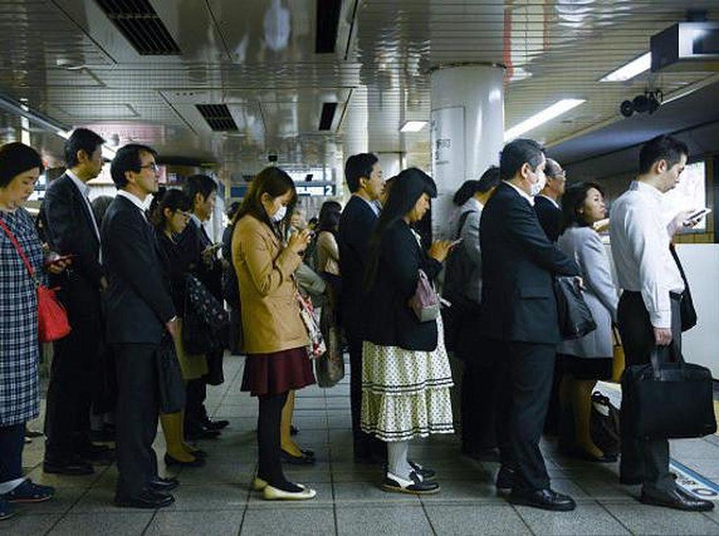 Calon penumpang menunggu dengan tertib di stasiun MRT di Tokyo, Jepang.Foto: Getty Images