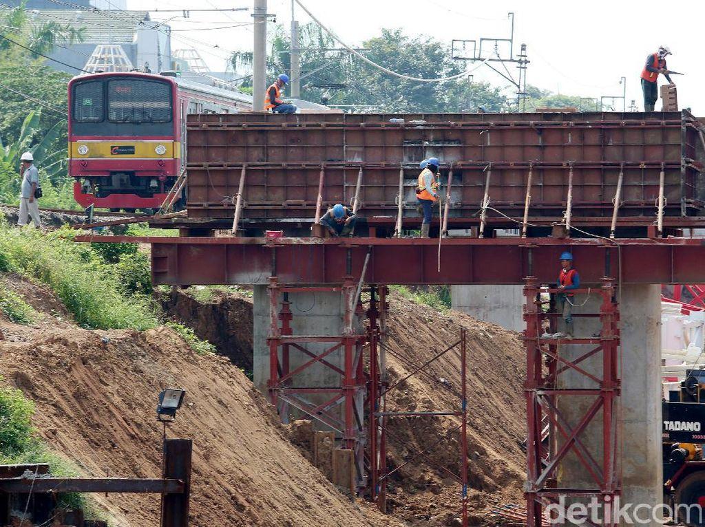 Kereta rel listrik melewati proyek pembangunan double-double track (DDT) Manggarai-Cikarang di kawasan Manggarai, Jakarta, Senin (17/7/2017).