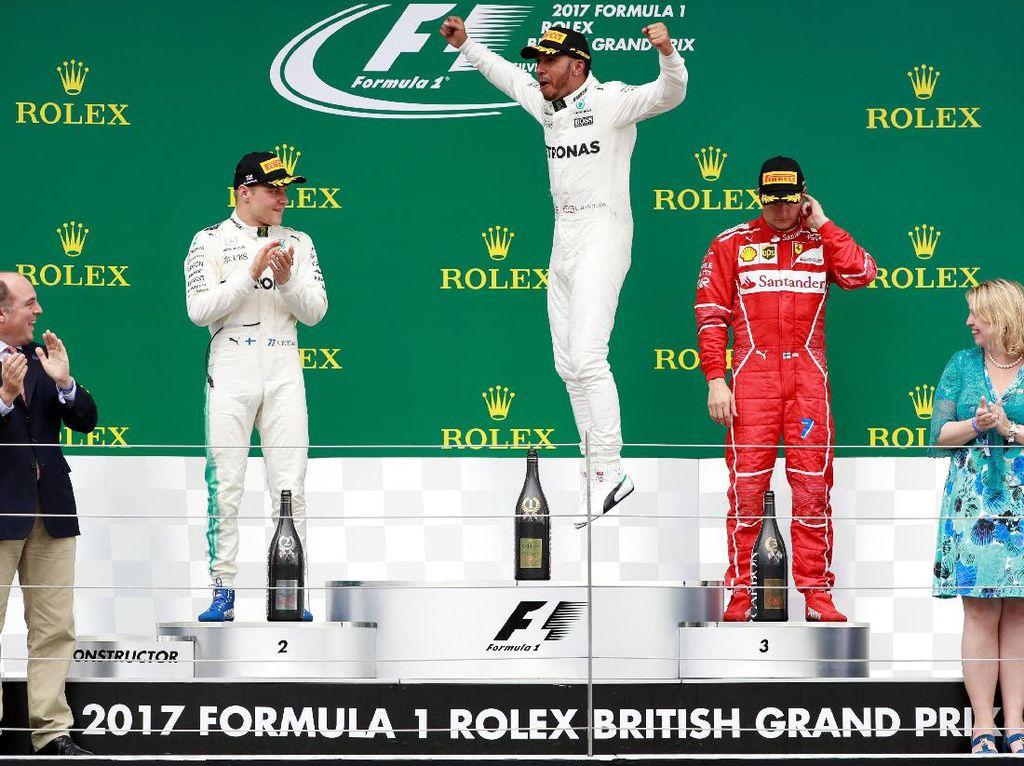 Di atas podium Hamilton ditemani oleh Valtteri Bottas, rekan setimnya di Mercedes, dan pebalap Ferrari Kimi Raikkonen. Hamilton melompat-lompat kegirangan. (Foto: REUTERS/Andrew Boyers)(Foto: REUTERS/Jason Cairnduff)
