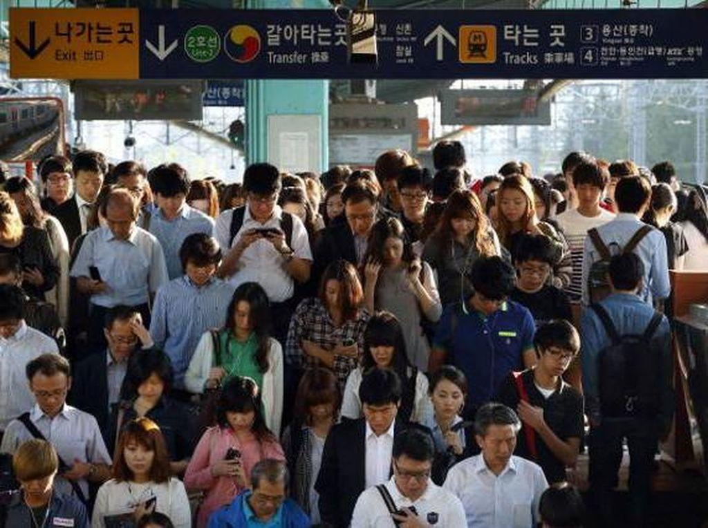 Keramaian orang menuju MRT di Incheon. Foto: Getty Images