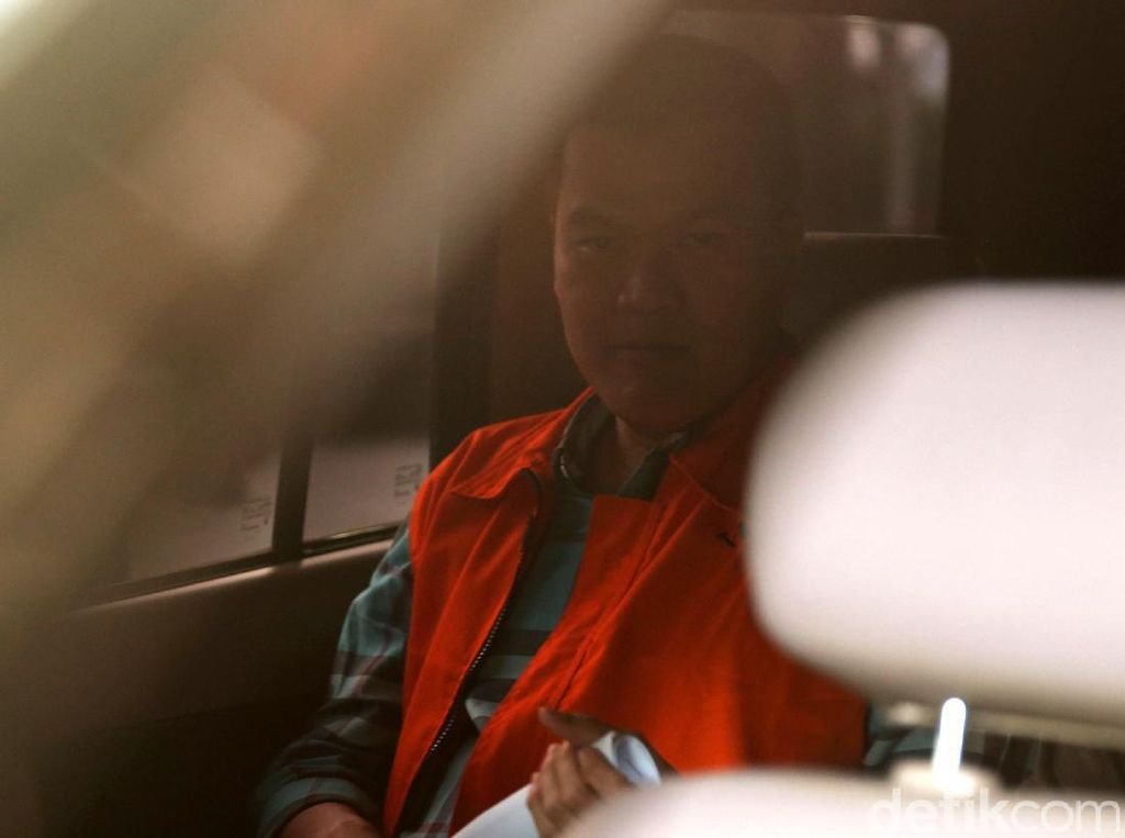 Andi Narogong masuk ke dalam mobil tahanan.