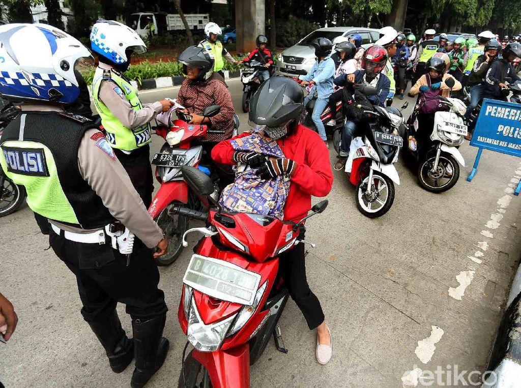 Selain itu, polisi juga merazia para pengendara motor yang tidak memiliki kelengkapan surat-surat.