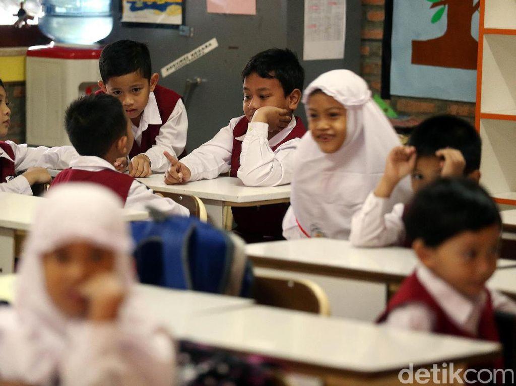 Para siswa berkenalan denganteman sekelasnya.