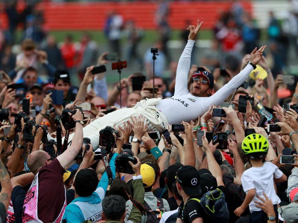 Selain itu, ada pula salah satu momen ketika Hamilton diarak bak seorang bintang rock setelah memastikan kemenangan di negeri sendiri. (Foto: REUTERS/Jason Cairnduff)