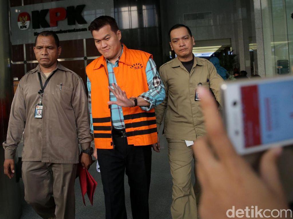 Andi Agustinus alias Andi Narogong berjalan usai diperiksa di gedung KPK, Jakarta, Senin (17/7/2017).