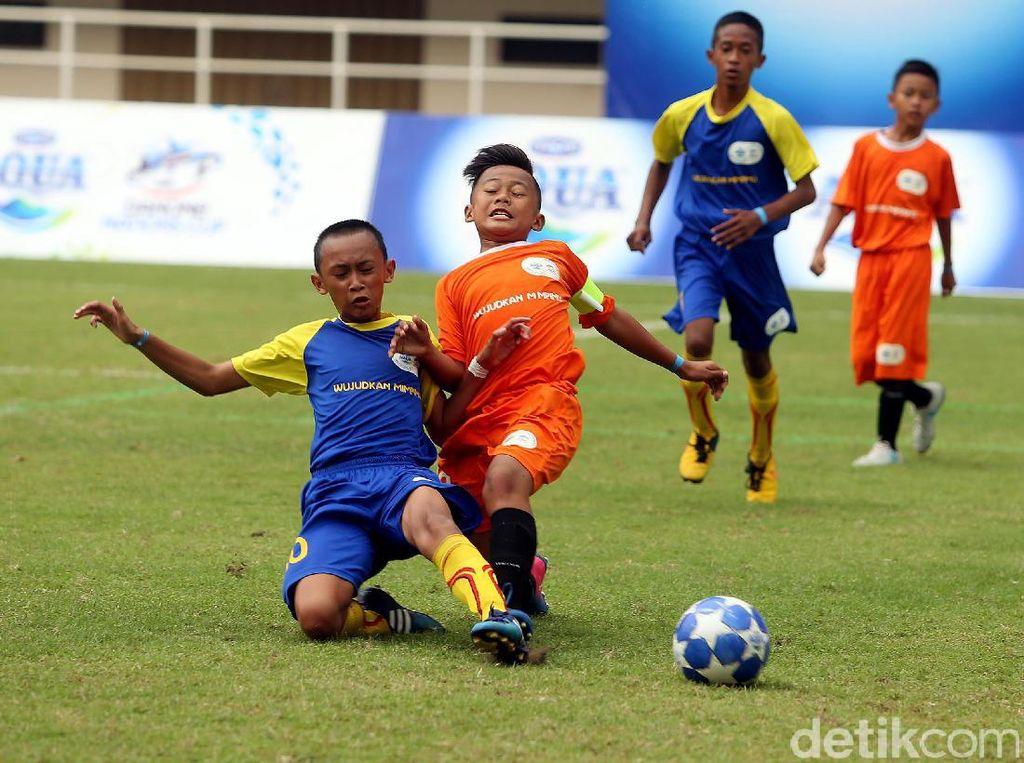 Pemain SSB Batu Agung dan SSB Imran Soccer Academy berebut bola.