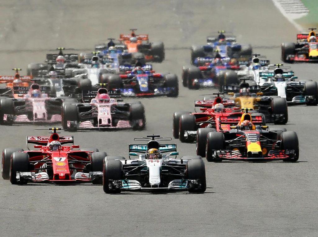 Hamilton tampil sebagai pemenang balapan seri ke-10 musim ini di Silverstone, Inggris. (Foto: REUTERS/Andrew Boyers)