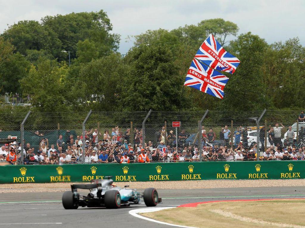 Sudah lima kali Hamilton memenangi GP Inggris (2008, 2014, 2015, 2016, 2017). Jumlah itu membuat dirinya menjadi satu dari tiga pebalap yang paling sering menang di sana. (Foto: REUTERS/Andrew Boyers)