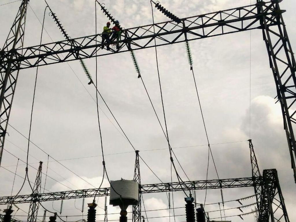 Petugas memasang jaringan listrik di Transmisi Gardu Induk Palangka Raya. Pool/PLN.