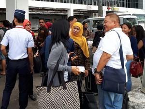 Mensos Khofifah Berbaur dengan Warga di Bandara