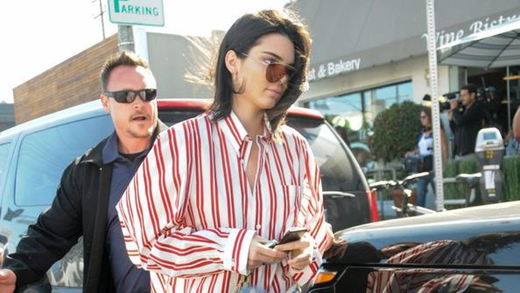 Celana Jeans Kendall Jenner Ini Jadi Viral karena Modelnya Aneh Banget