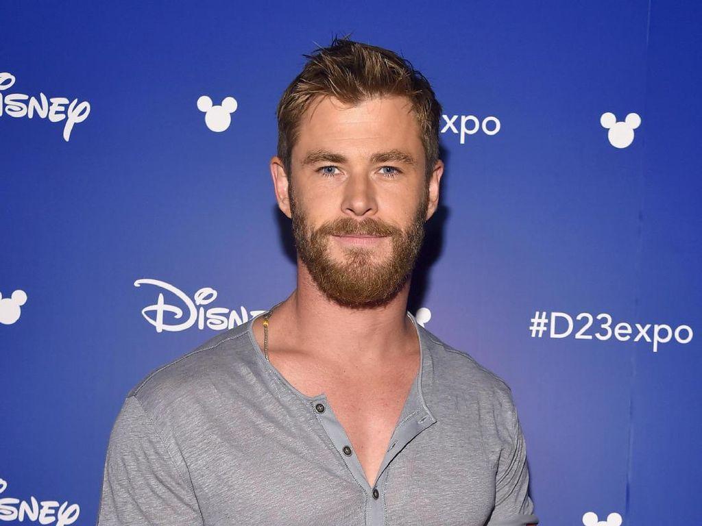 Di Hollywood, Belum Sah Jadi Seleb Pria Kalau Belum Pakai Kaos Model Ini