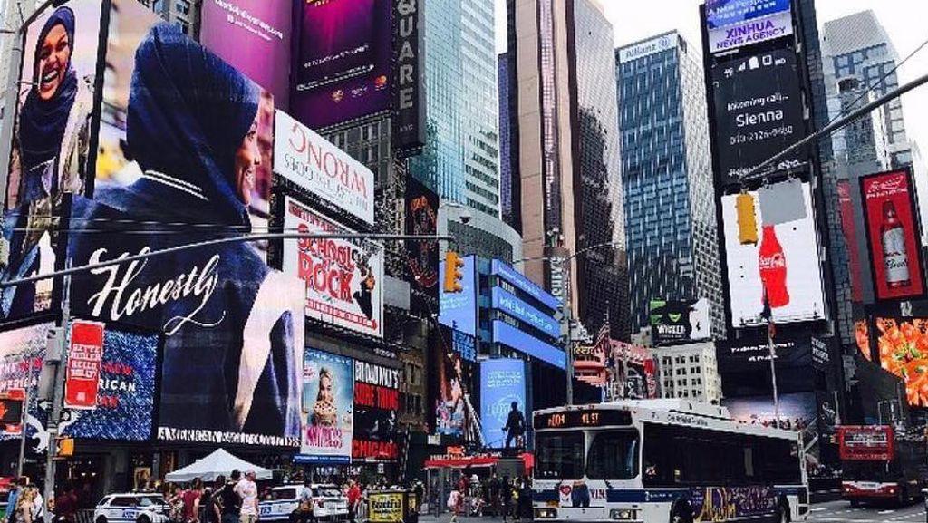 Foto: Ketika Billboard Wanita Berhijab Eksis di Tengah Kota New York