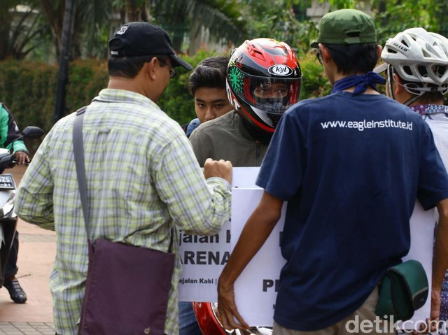 Foto : Pahlawan Trotoar Hadang Pemotor Bandel