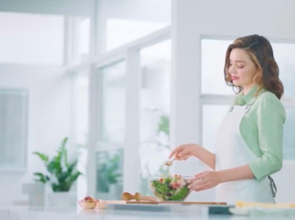 Keren! Miranda Kerr Ikut Promosikan Bubuk Miso Organik di Jepang