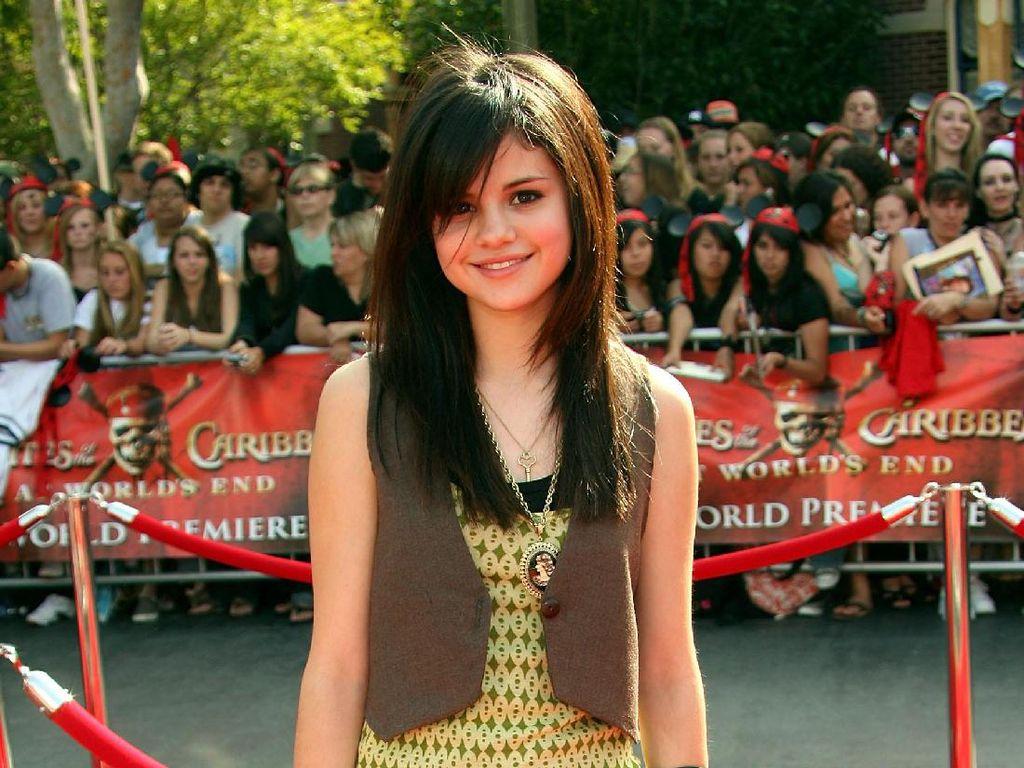 Masih Imut Banget, Foto Red Carpet Pertama Selena Gomez Hingga Miley Cyrus