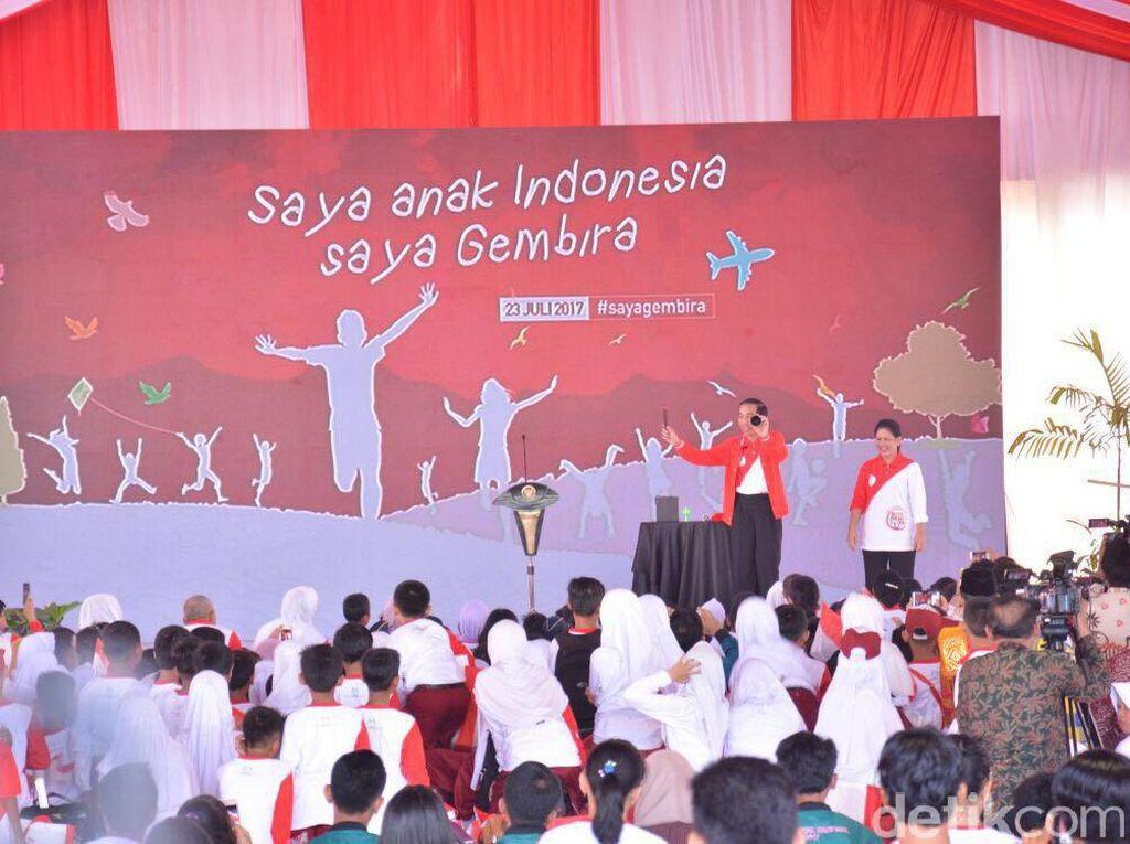 Foto: Simsalabim! Begini Aksi Jokowi-Iriana Jadi Pesulap