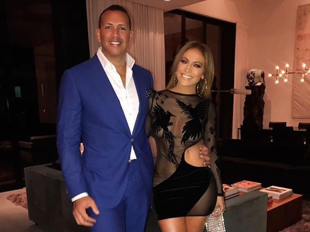 Ulang Tahun Ke-48, Jennifer Lopez Seksi Pakai Dress Transparan