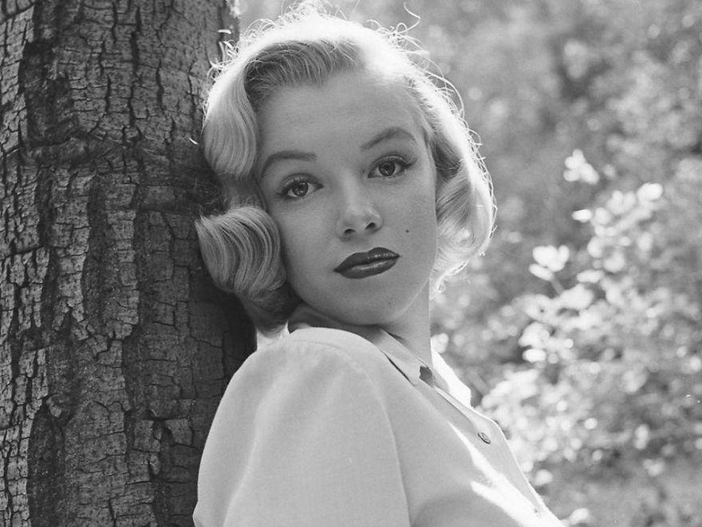 7 Foto Langka Marilyn Monroe Sebelum Terkenal Saat Berpose di Hutan