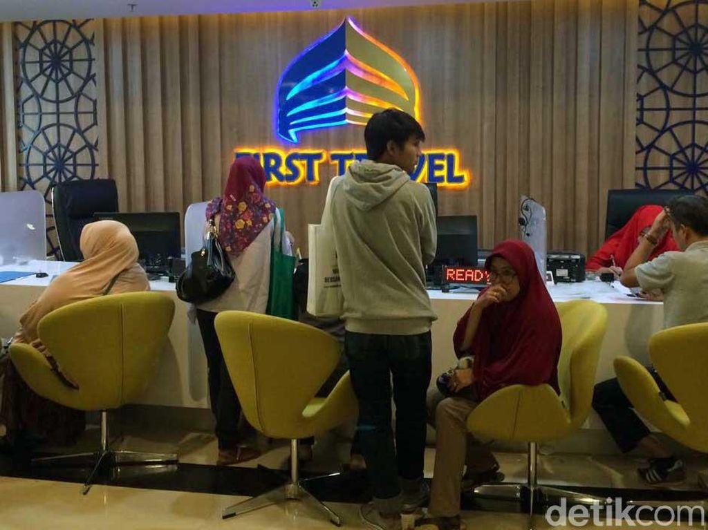 Puluhan Calon Jemaah Umrah Serbu Kantor First Travel