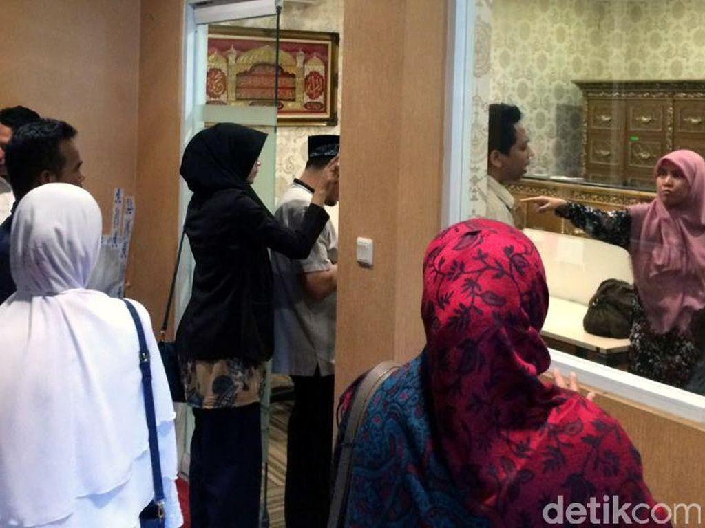 Jemaah First Travel Mengamuk