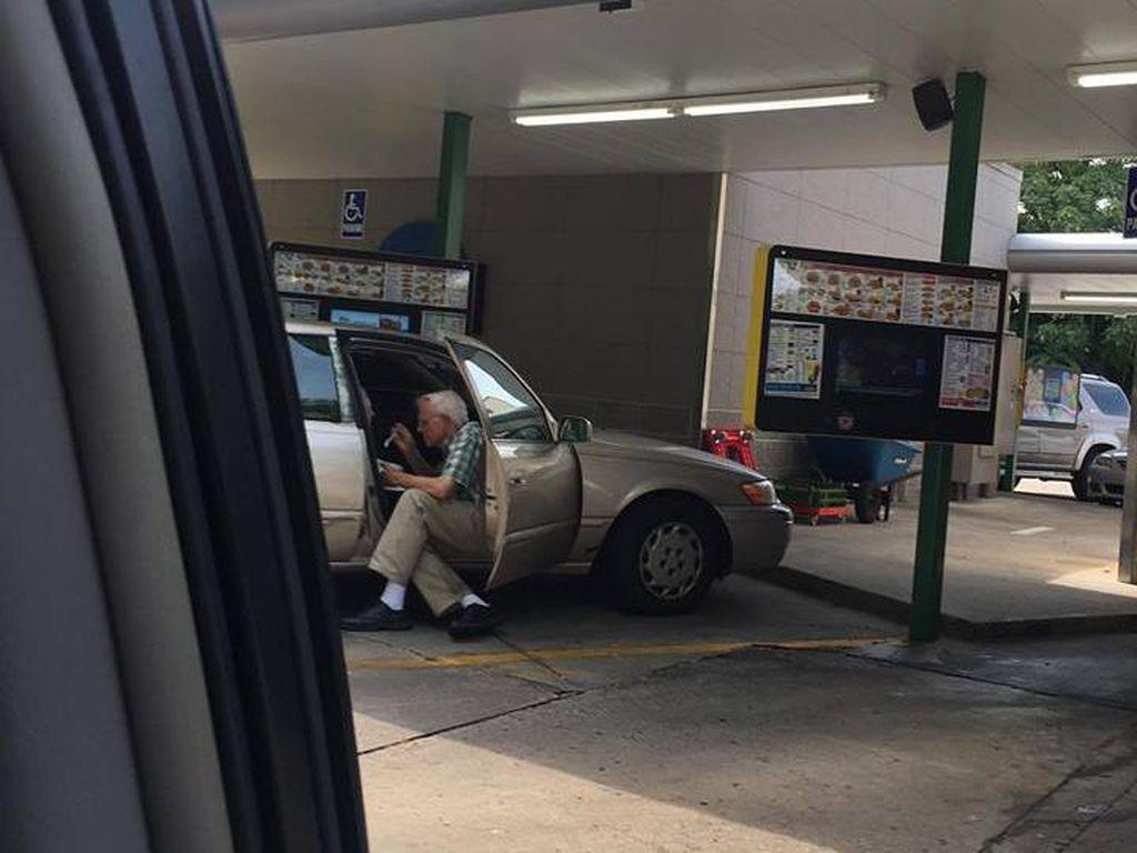 Foto Viral Kakek Suapi Istri Es Krim Ini Bikin Hati Meleleh
