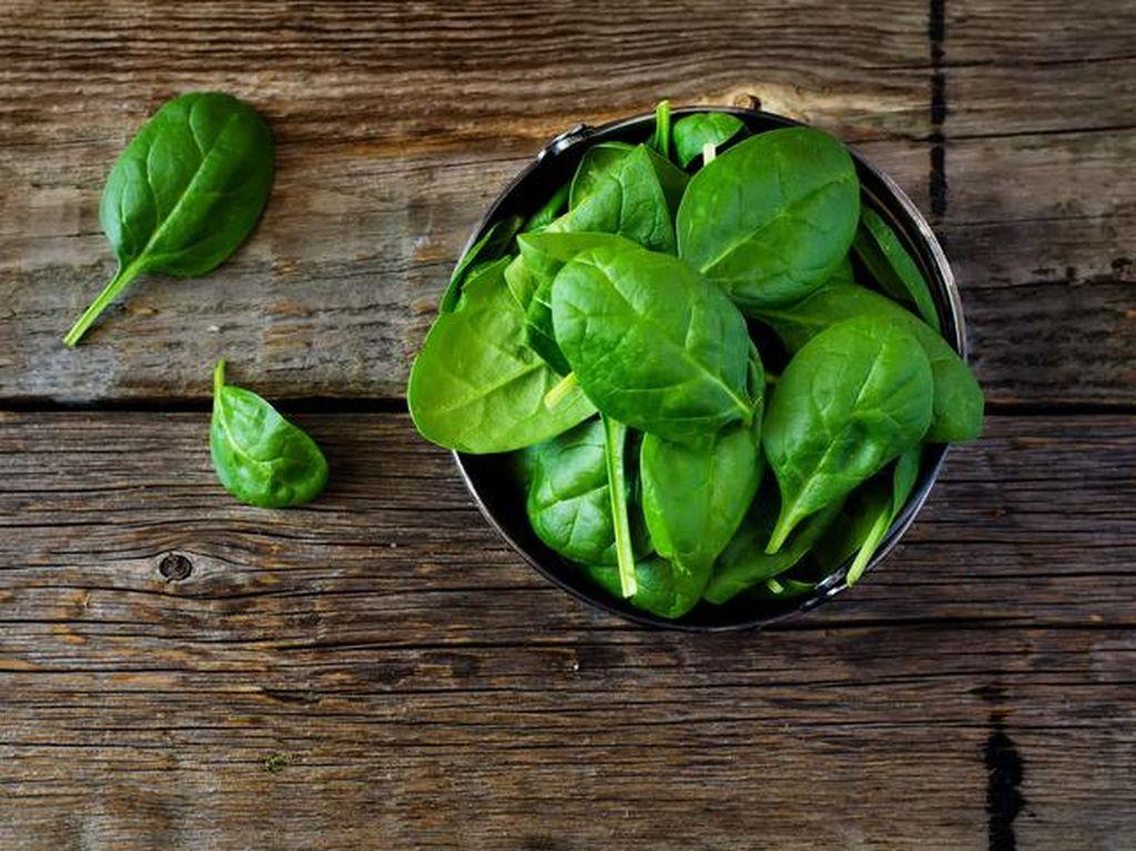Di banyak negara, bayam jadi sayuran favorit. Bukan hanya rasanya enak, bayam mudah diolah dan harganya tergolong murah. Nutrisinya juga baik karena sayuran hijau ini tinggi kandungan zat besi. Seikat bayam dihargai sekitar Rp 2.000 saja di sini. Foto: iStock