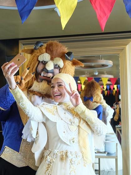Foto: Ketika Dewi Sandra Dandan Ala Belle di Beauty & the Beast