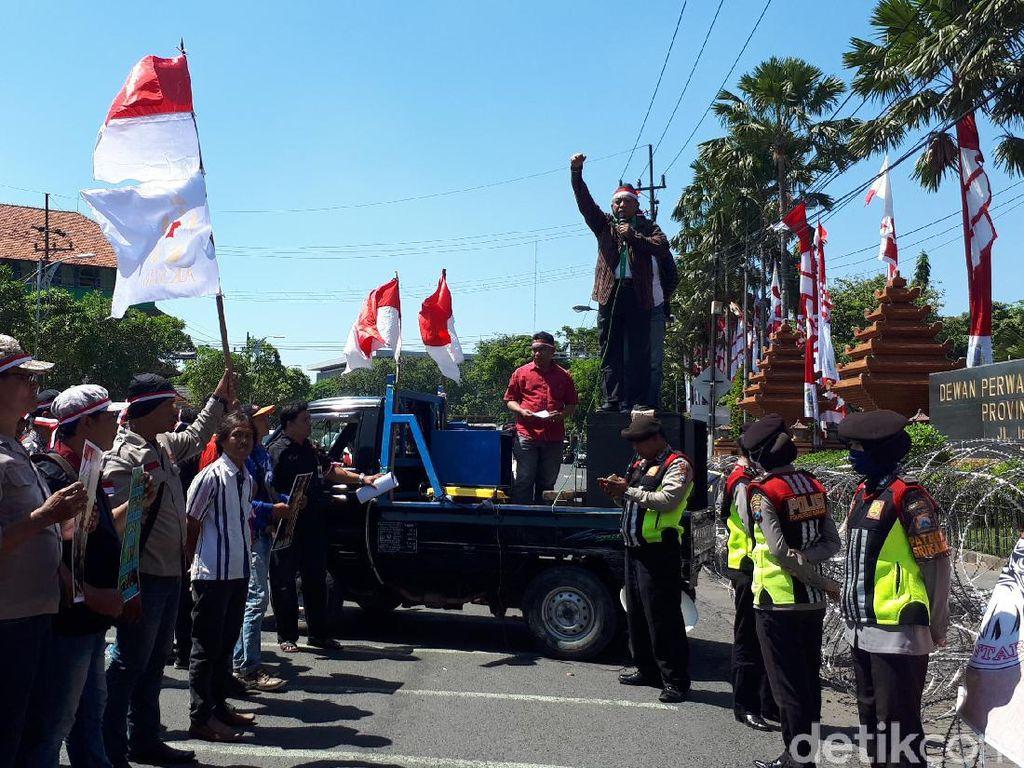 Demo menolak patung dewa di Tuban digelar di Surabaya pada Senin, 7 Agustus 2017. Massa dari Bhoemi Poetra Menggoegat menilai patung adalah bentuk penjajahan dan penghinaan terhadap jasa pahlawan nasional (Rois/detikcom)