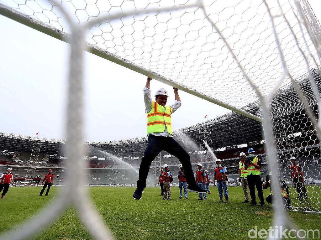Puas dengan hasil renovasi Stadion Utama Gelora Bung Karno (SUGBK), Menpora Imam Nahrawi melompat kegirangan di tiang gawang dengan wajah yang sangat semringah.