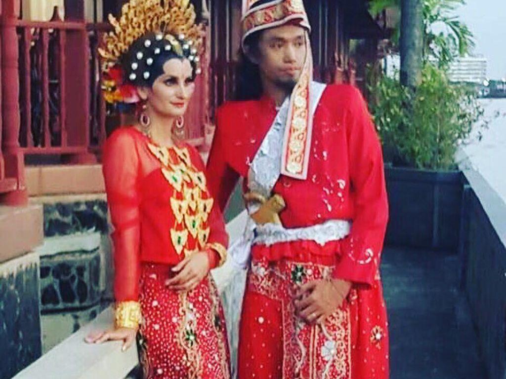 Masih dari Makassar, ada cerita pria mantan pengamen yang menikahi bule Prancis yang cantik jelita. Risal Hamid alias Ijal Ricardo (36) yang pernah mengamen di Jakarta, berjumpa Julie Martha di Padang usai Ijal tampil dalam pertunjukan musik. Mereka saling jatuh cinta dan menikah di Paris dan dipestakan di Makassar (dok Pribadi)