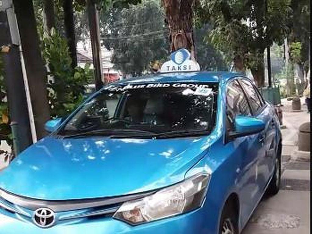 Kejadian ini di depan Hotel Oria, Jl Wahid Hasyim, Jakarta Pusat. Sopir Taksi Blue Bird berkilah hanya berhenti untuk beli rokok. Pihak manajemen Blue Bird menyesalkan tindakan ini dan berjanji akan menertibkan sopir mereka (Facebook)