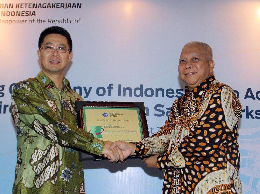 CEO Huawei Indonesia Hudson Liu menerima penghargaan Zero Accident Award 2017 dari Kementerian Ketenagakerjaan yang diserahkan Pelaksana Tugas (Plt) Direktur Jenderal Pembinaan Pengawasan Ketenagakerjaan dan Kesehatan dan Keselamatan Kerja (K3) di Jakarta. Foto: dok. Huawei