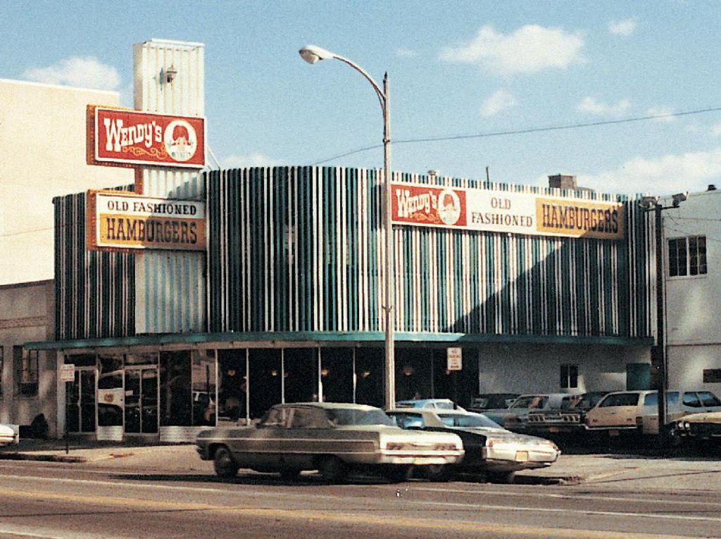 Wendys didirikan tahun 1969 di Columbos, Ohio. Resto burger milik Dave Thomas ini mengusung konsep old fashioned hamburgers saat pertama kali hadir. Hingga kini, ikon gadis rambut merah yang dikepang masih tetap dipertahankan. Foto: This Is Insider