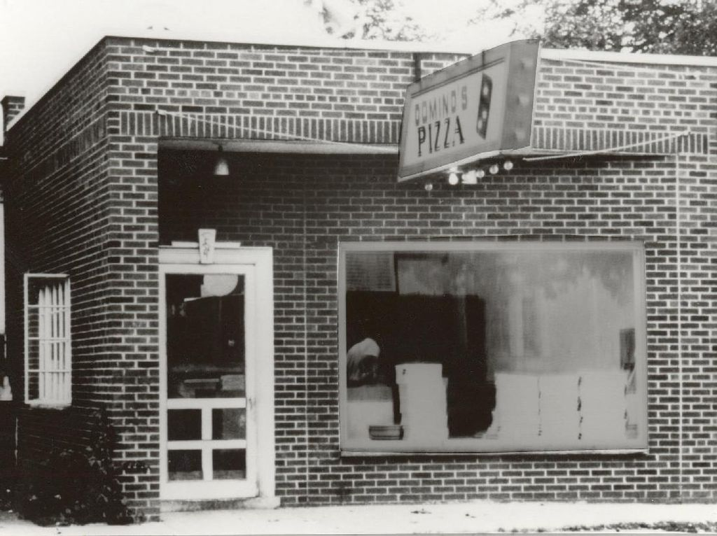 Tak lama berselang, Dominos Pizza hadir tahun 1960 dengan nama DomiNicks. Pada tahun 1965 barulah namanya Dominos Pizza. Kini cabangnya sudah ada 12.500 di seluruh dunia. Foto: This Is Insider