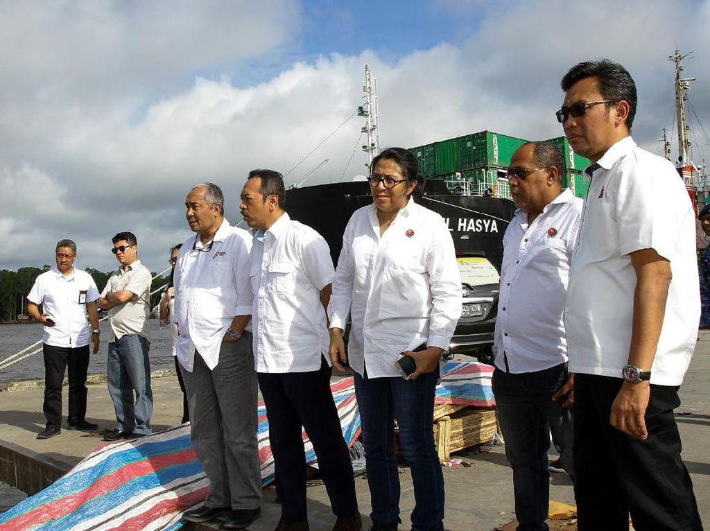 Hari ini, Kamis (10/8), dilakukan peninjauan kesiapan logistik datangnya kapal perdana yang mengangkut semen dari Makassar. Peninjauan dilakukan ke terminal Cargo Bandara Mozes kilangin dan pelabuhan Pomako. Istimewa.
