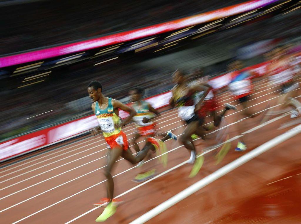 Para pelari 5.000 meter putra saling berpacu. REUTERS/Kai Pfaffenbach.