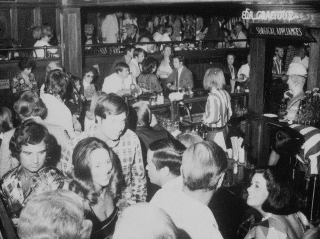TGI Fridays juga tak kalah jadul. Sudah ada sejak 1965 dengan gerai pertama di Manhattan. Dulunya TGI Fridays populer sebagai tempat berkumpulnya para jomblo. Foto: This Is Insider