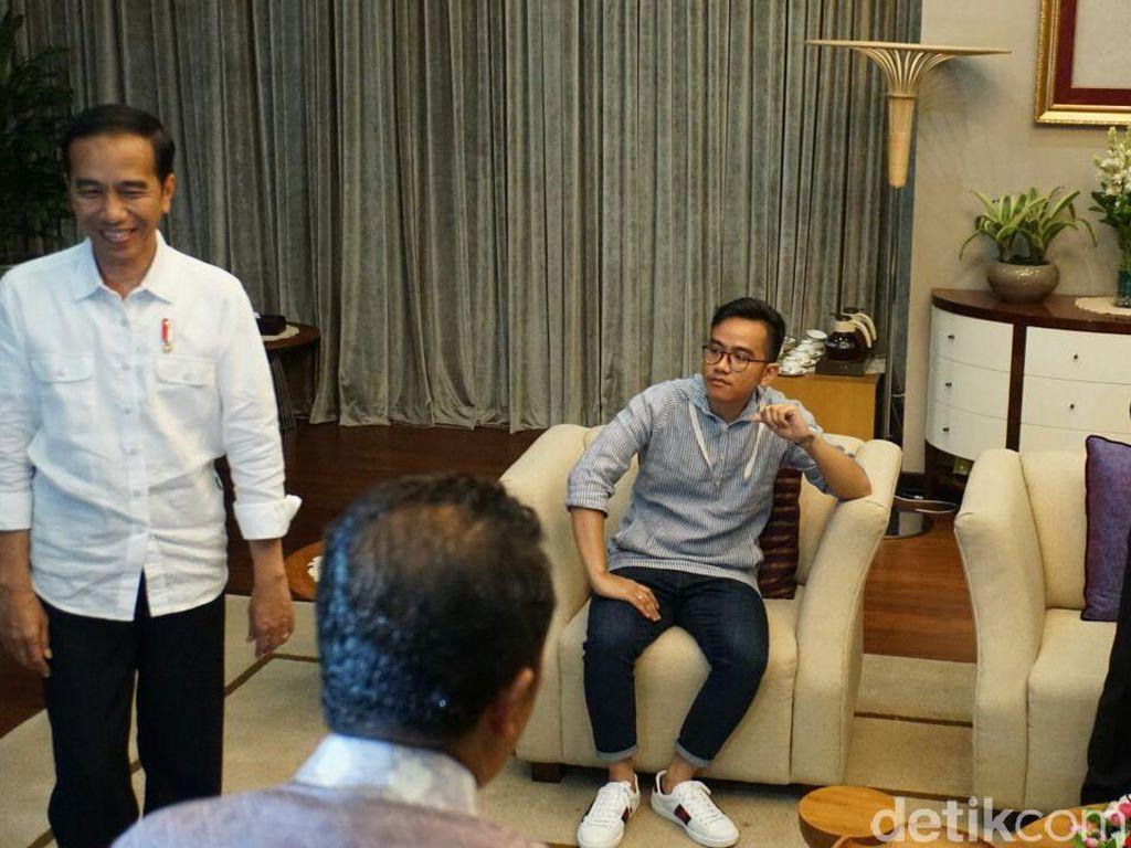 Agus Harimurti Yudhoyono (AHY) dan Gibran Rakabuming Raka bertemu di Istana Negara dengan suasana cair dan hangat pada Kamis (10/8). Untuk menjamu tamu istimewanya itu, Gibran pun menyiapkan kuliner khas nusantara yakni gudeg dan bubur lemu. (Foto: Bagus Prihantoro Nugroho/detikcom)