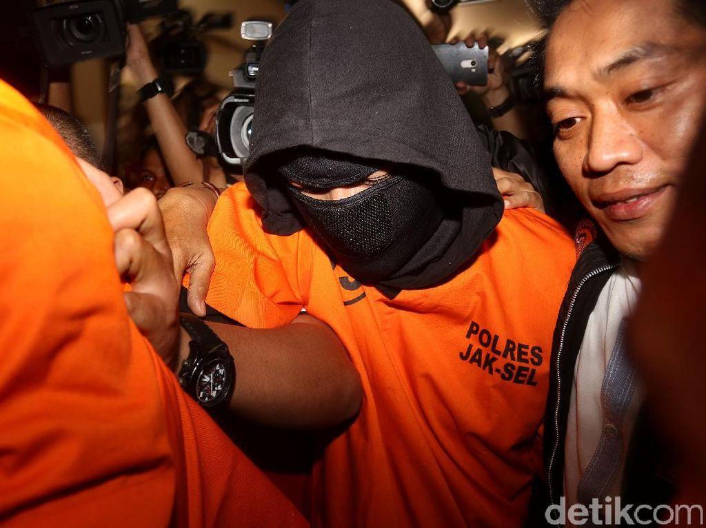 Ello dan DM ditangkap bersama satu orang lainnya yang berinisial RGG di Griya Kecapi, Jagakarsa, sekitar pukul 01.00 WIB, Minggu (6/8). Namun RGG tidak ditetapkan sebagai tersangka karena tidak ada bukti keterkaitan dengan penyalahgunaan narkotika. (Foto: Rengga Sancaya/detikcom).