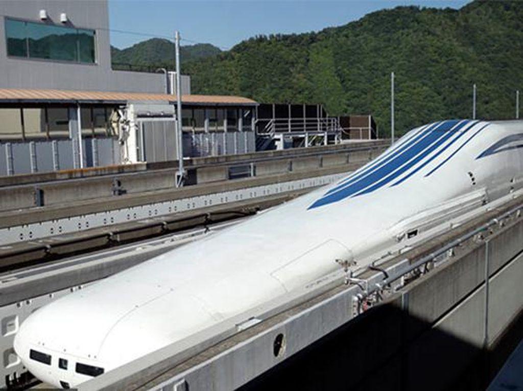 Japan Maglev Train di Jepang dengan kecepatan 601 km/jam. Dirancang oleh Central Japan Railway Co dan sempat diuji coba di Tsuru, Provinsi Yamanashi. (Chinadaily)