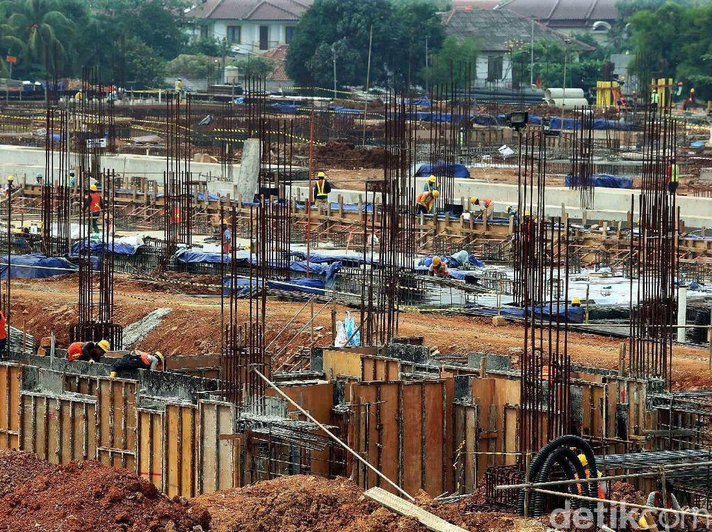 Para pekerja membangun tiang pancang Depo MRT Lebak Bulus.