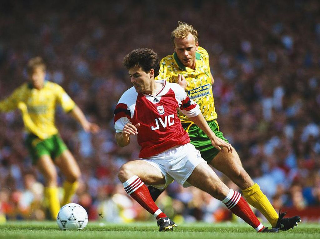 1992 - Arsenal 2-4 Norwich. Kejutan ini hadir di pekan pembuka era awal Premier League. Arsenal unggul duluan 2-0 tapi kemudian berbalik kalah lewat empat gol balasan Norwich di babak kedua. (Foto: Ben Radford/Allsport/Getty Images)
