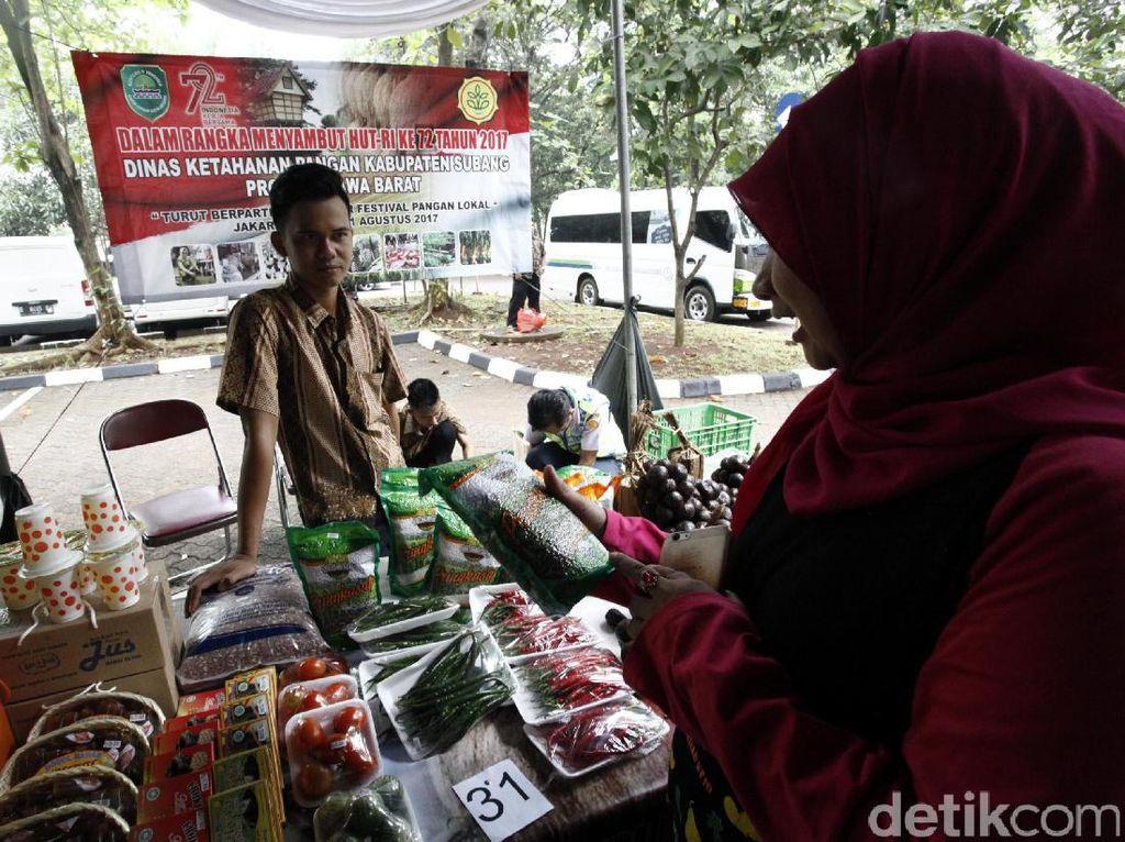 Bazar tersebut dalam rangka menyambut HUT ke-72 RI.