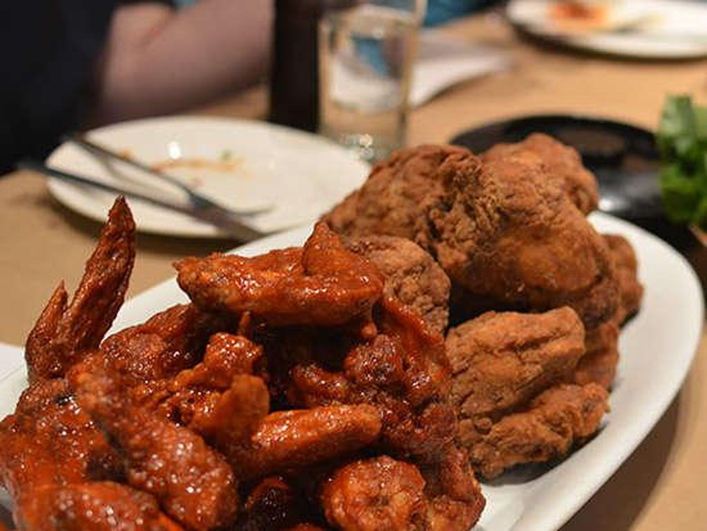Momofuku Noodle Bar, New York, NY, terkenal dengan dua versi ayam goreng, yaitu ayam goreng dengan bumbu Old Bay, dan ayam goreng versi Korea pedas. Dua-duanya enak! Foto: Istimewa